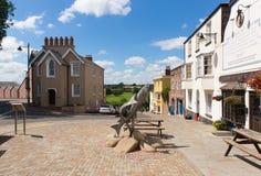 三条三文鱼罗斯在Y形支架Herefordshire英国英国雕塑在夏天 库存照片