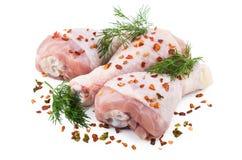 三条在白色隔绝的鸡腿被洒的胡椒 免版税库存照片