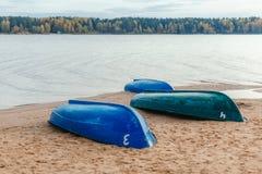三条小船不是河的含沙河岸 森林在背景中 库存照片