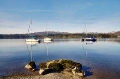 有三条小船和岩石的湖Windermere 库存图片