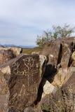 三条河刻在岩石上的文字站点 库存照片