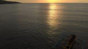 三条渔夫` s小船空中射击在日落时间的海 寄生虫前进和照相机掀动  影视素材