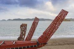 三条美妙地木被雕刻的毛利人小船 库存图片