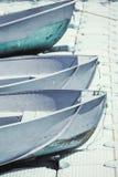 三条蓝色小船在码头 免版税库存照片