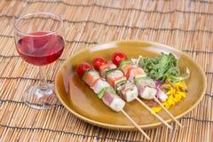 三条风味鱼烤肉和红葡萄酒 库存照片
