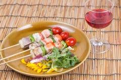 三条风味鱼烤肉和红葡萄酒 库存图片