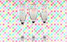 三杯在显示折射的多彩多姿的背景的水 帆布墙壁艺术 图库摄影