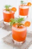 三杯红萝卜汁,在亚麻布餐巾 免版税库存图片
