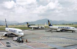 三架瑞安航空公司飞机在机场 库存照片