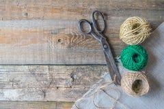 三棕色和与古色古香的葡萄酒的绿色螺纹球剪 免版税库存图片