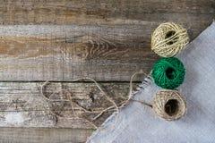 三棕色和与古色古香的葡萄酒的绿色螺纹球剪 免版税库存照片
