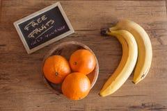 三棵柑桔和两个香蕉在木桌上与标志Th 图库摄影