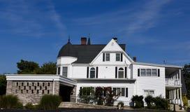 三棵橡木白色豪宅 库存图片
