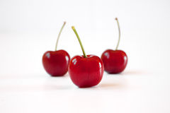 三棵红色樱桃 免版税库存照片
