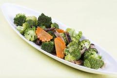 三棵菜(硬花甘蓝、蘑菇,红萝卜)在板材 库存图片