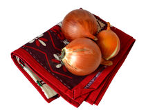 在一块红色毛巾的葱 库存照片