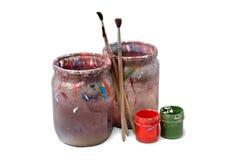 三油漆刷 油漆的肮脏的水 在contai的树胶水彩画颜料颜色 免版税库存图片