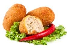 三油煎的面包炸肉排用在白色背景和胡椒隔绝的莴苣 图库摄影