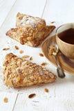 三法语喘气用磨碎杏仁和一个杯子红茶 库存图片