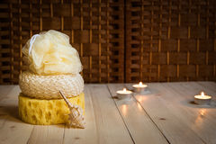 三海绵和海壳,在背景的蜡烛 库存图片