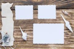 三照片和题字的框架在一张木桌上 免版税图库摄影