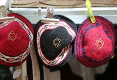 三犹太宗教头饰叫kippahs或圆顶小帽 免版税图库摄影