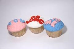 三甜点在白色的乳香树脂杯形蛋糕 库存照片