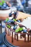 三用奶蛋烘饼锥体装饰的巧克力沫丝淋蛋糕,新bl 免版税图库摄影