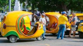 三由街道龙转动出租汽车叫的椰树出租汽车哈瓦那近 免版税库存照片