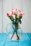 三白色和桃红色玫瑰花束  免版税库存图片