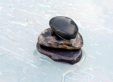 三石头在水中 免版税库存图片
