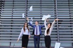 三确信的青年人、两名妇女和一个人学生, en 免版税库存图片
