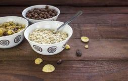 三碗各种各样的谷物在木桌上用早餐 库存照片