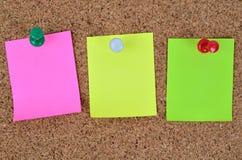 三空的五颜六色的笔记 免版税库存照片