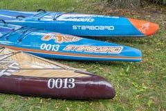 三站立paddleboards在右舷旁边 库存图片