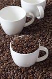 三粒咖啡杯和豆 免版税库存照片