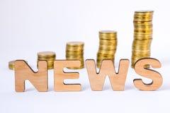 三维信件词新闻在与硬币的成长专栏的前景在被弄脏的背景的 finan的新闻概念 免版税库存图片