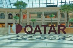 三维文字`我在多哈,卡塔尔在许多购物中心之一中爱卡塔尔` 库存图片