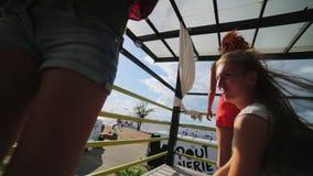 三美丽的年轻女人精力充沛地在阶段跳舞在海滩胜地 股票视频