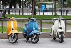 三美好的黄色,蓝色和白色减速火箭的大黄蜂类滑行车停放 免版税库存照片