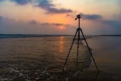 三脚架在日出背景中在海海滩的海滩摄影的 三脚架在日出背景中在海海滩的海滩photogra的 免版税库存照片