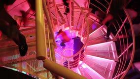 三脚架走在钢螺旋式楼梯上下的射击了人 影视素材