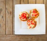 三自创微型馅饼用草莓 免版税库存照片