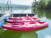 三艘水库的桃红色皮船公园 图库摄影