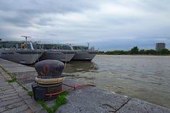 三艘游轮被停泊在码头等待他们的乘客 春天多云天 免版税图库摄影