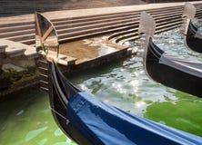 三艘长平底船在大运河,威尼斯,意大利停泊了 库存图片