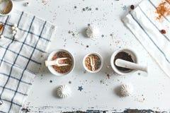 三茶碟用糖果洒,围拢由甜点 顶视图 免版税库存照片