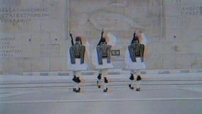 三荣誉在无名英雄墓的Evzones卫兵背面图前面 影视素材