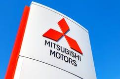 三菱的正式经销权标志反对蓝天后面的 库存图片