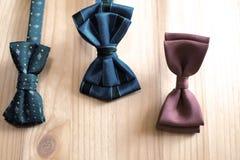 三蓝色和棕色颜色蝶形领结 图库摄影